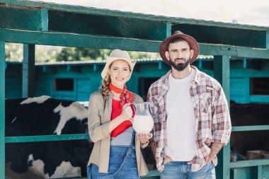 """Картина, постер, плакат, фотообои """"фермеры с свежего молока в коровнике"""", артикул 162345414"""