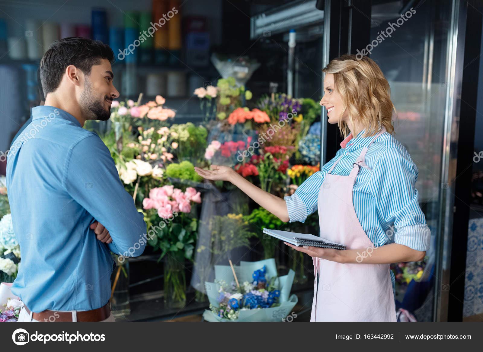 Секс в магазине цветов, Красивый секс продавца с клиенткой в магазине 17 фотография