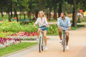 Fotografie šťastný pár cykloturistiky