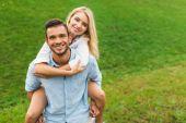 Fotografie muž a žena vezou