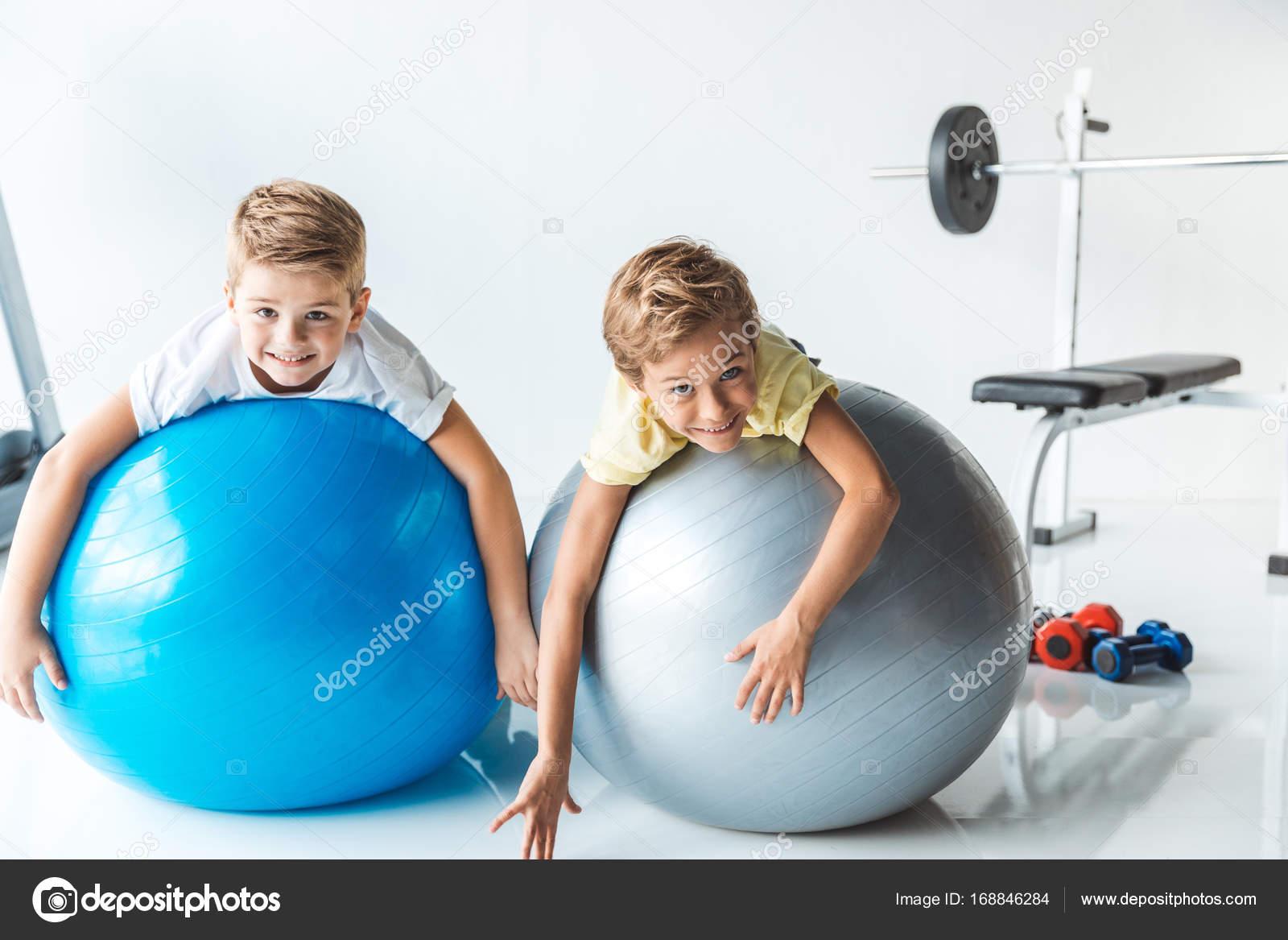 jongetjes op fitness ballen \u2014 stockfoto � sashakhalabuzar 168846284Fitness Ballen #17