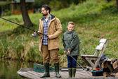 otec a syn rybaří na molu