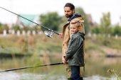 Otec a syn spolu rybaří