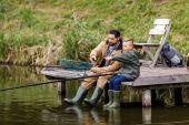 Fotografie otec a syn loví společně
