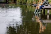 otec a syn rybaření na jezeře