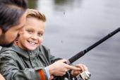 šťastný syn lovu s prutem