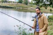 muž rybaření s tyčí
