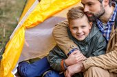 Photo father and son in tent