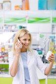 Apotheker spricht auf dem Smartphone
