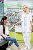 Apotheker gibt Schwangeren Tabletten