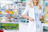 Apotheker mit digitalem Tablet in Drogerie