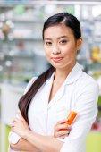 Fotografie Apotheker mit Medikamenten in Drogerie