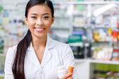 Fotografia farmacista con il farmaco in farmacia