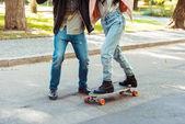 Fotografie Freund Freundin Skate auf Longboard zu helfen