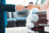 Fotografie manager giving car key to customer