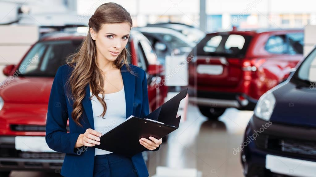Responsabile femminile dello showroom auto