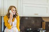 nő beszél telefonon