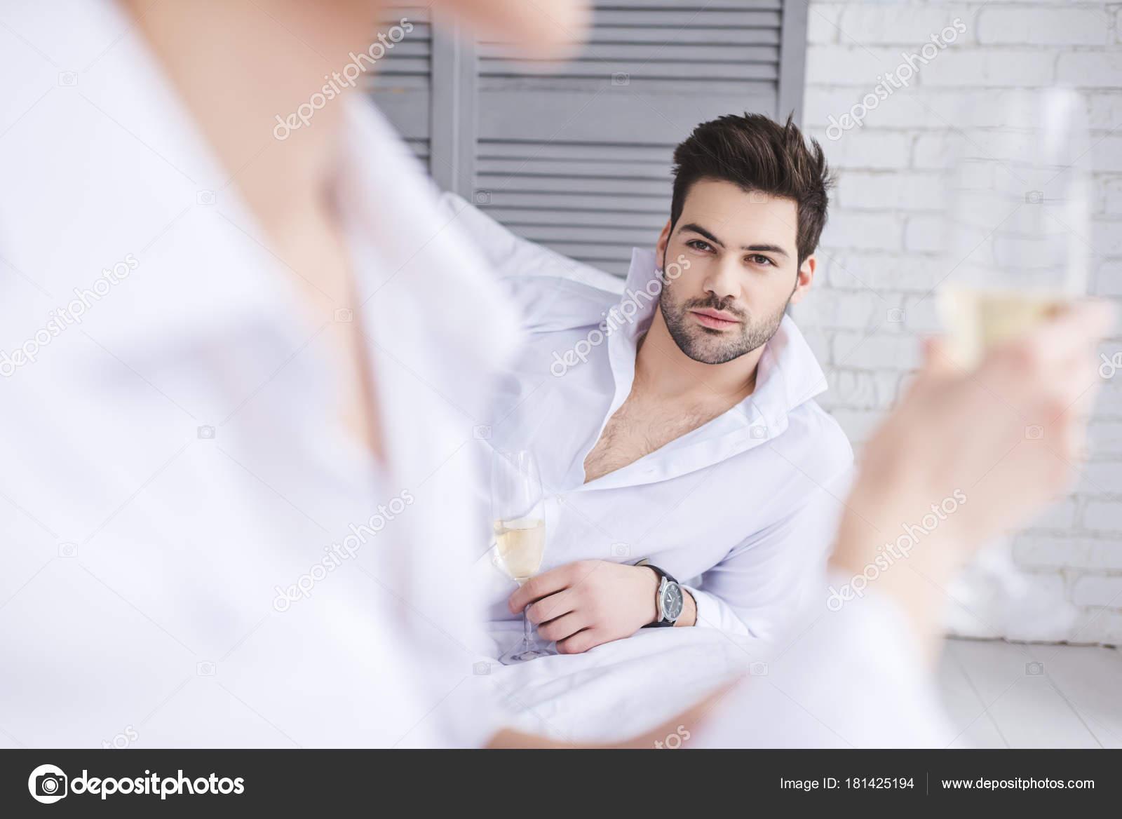 Fantastisch Tiefenschärfe Gut Aussehender Mann Blick Auf Freundin Trinken Champagner  Schlafzimmer U2014 Stockfoto