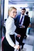 Fotografie podnikatel a podnikatelka zadávání výtah v hotelu