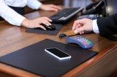 Oříznout obrázek podnikatel placení kreditní kartou na recepci v hotelu