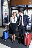 Fotografie podnikatelka do hotelu a mluví o smartphone