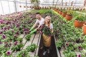 Mosolygó kertészek, gazdaság, virágok cserépben, az üvegházhatást okozó