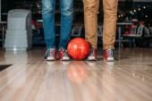 Fotografie oříznuté záběr lidí stojící před bowlingu s míčem
