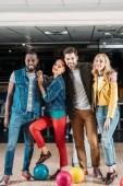 Fotografie mnohonárodnostní mladí přátelé pózuje v bowling Clubu
