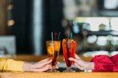 Schnappschuss von Frauen mit Cocktailgläsern an der Theke