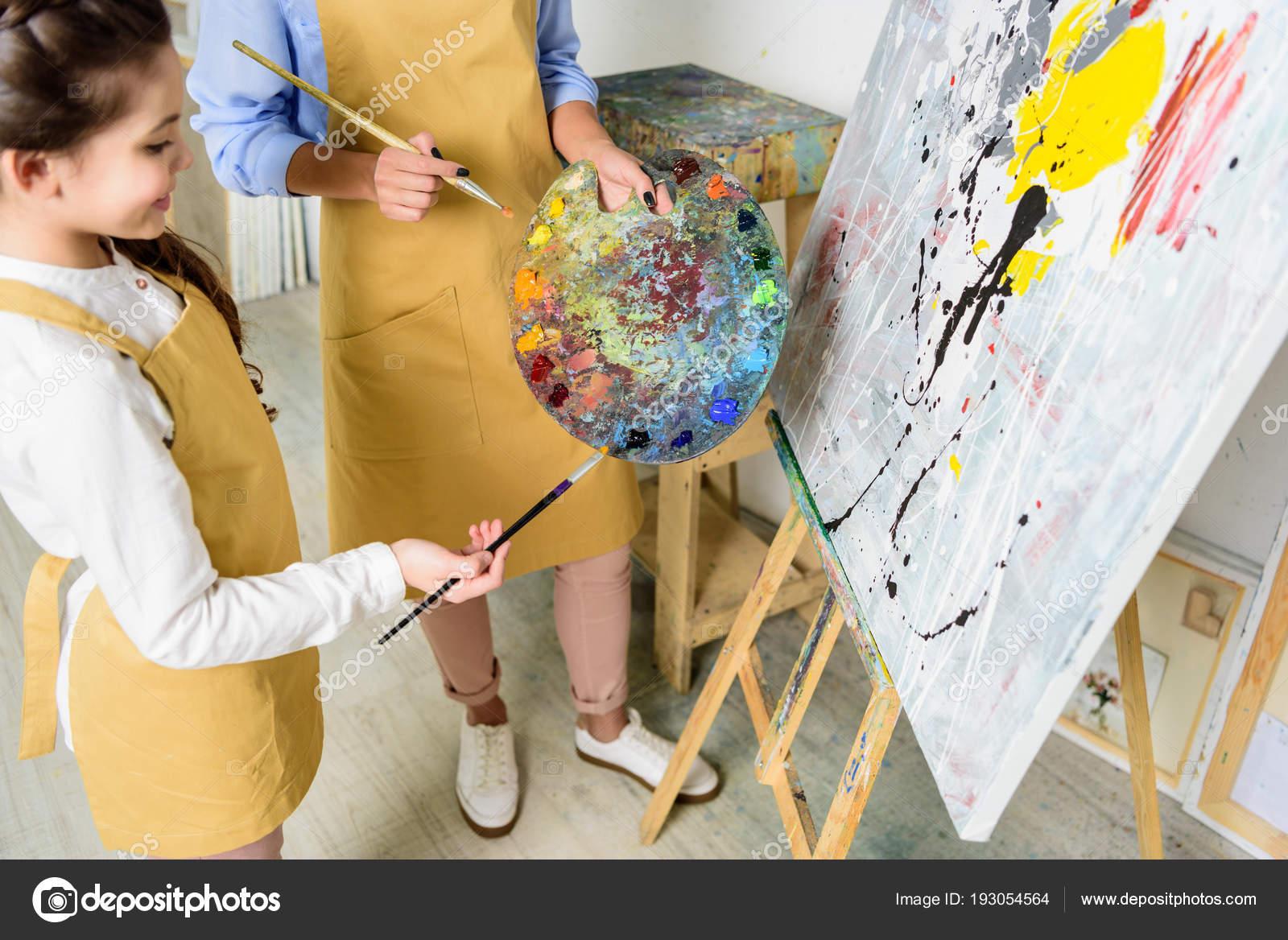 öğretmen öğrenci Sanat Okulu Atölyede Palette Boya Seçimi Görüntü