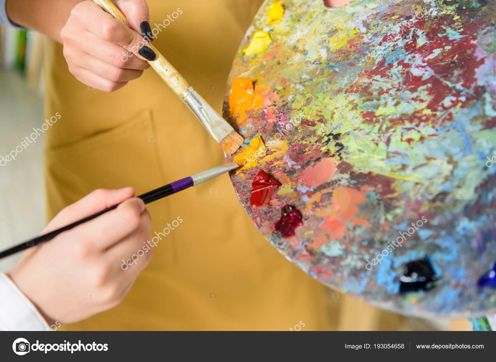 öğretmen öğrenci Aynı Boya Paletten Sanat Okulu Atölyede Alarak