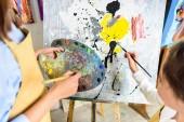 Fotografie Ausgeschnittenes Bild der Schülermalerei im Unterricht in der Werkstatt der Kunstschule