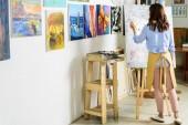 Fotografie zadní pohled na levou rukou zpěvačkou, malba na plátně v dílně