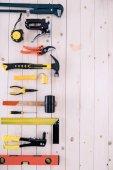 Pohled shora různých nástrojů na dřevěnou desku kopie prostor
