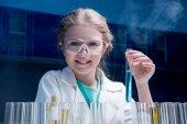 Fotografia ragazza in occhiali di protezione con tubo