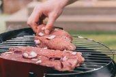 muž pečení maso