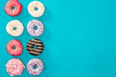 mehrere Donuts mit verschiedenen Glasuren
