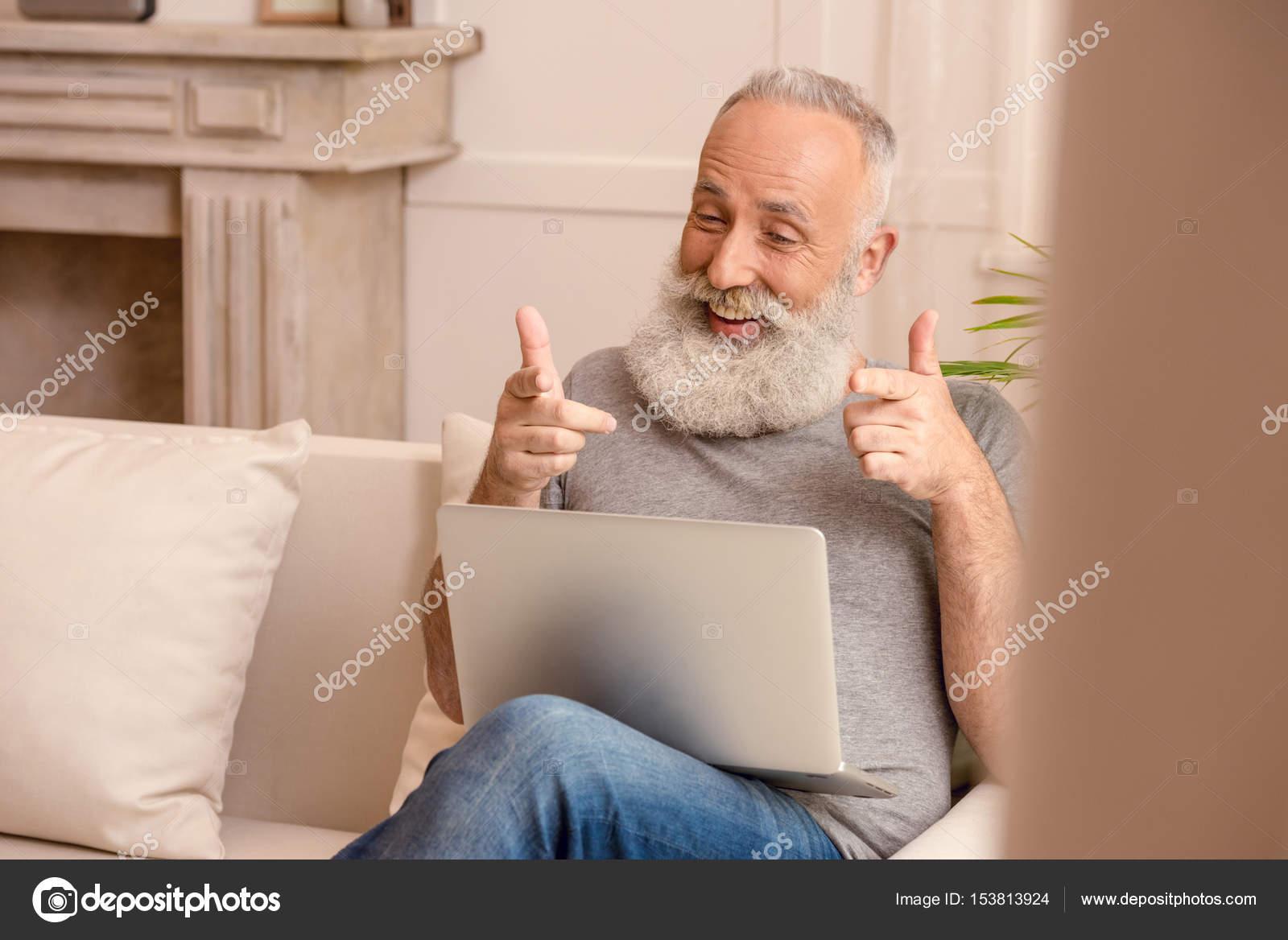 homme senior l 39 aide d 39 ordinateur portable photographie dimabaranow 153813924. Black Bedroom Furniture Sets. Home Design Ideas
