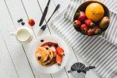 Fotografie palačinky a ovoce pro zdravou snídani