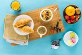 Fotografie croissanty s ovocem a káva a pomerančový džus