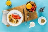 palačinky s ovocem na kuchyňský stůl
