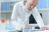 Photo senior bearded scientist