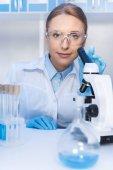 vědec pomocí mikroskopu v laboratoři