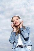fiatal nő hallgat zenét fülhallgató