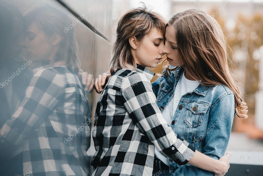 Schöne junge Lesben paar — Stockfoto © DimaBaranow #156084522