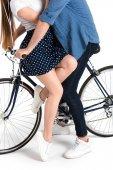 pár všeobjímající Reklamní fotografie na kole