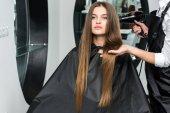Fotografie Friseur trocknet Haare der Frau