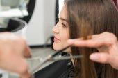 Fotografie Stylistin schneidet Haare der Frau