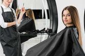 fiatal nő, haj-stylist