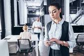 Geschäftsfrau nutzt digitales Tablet